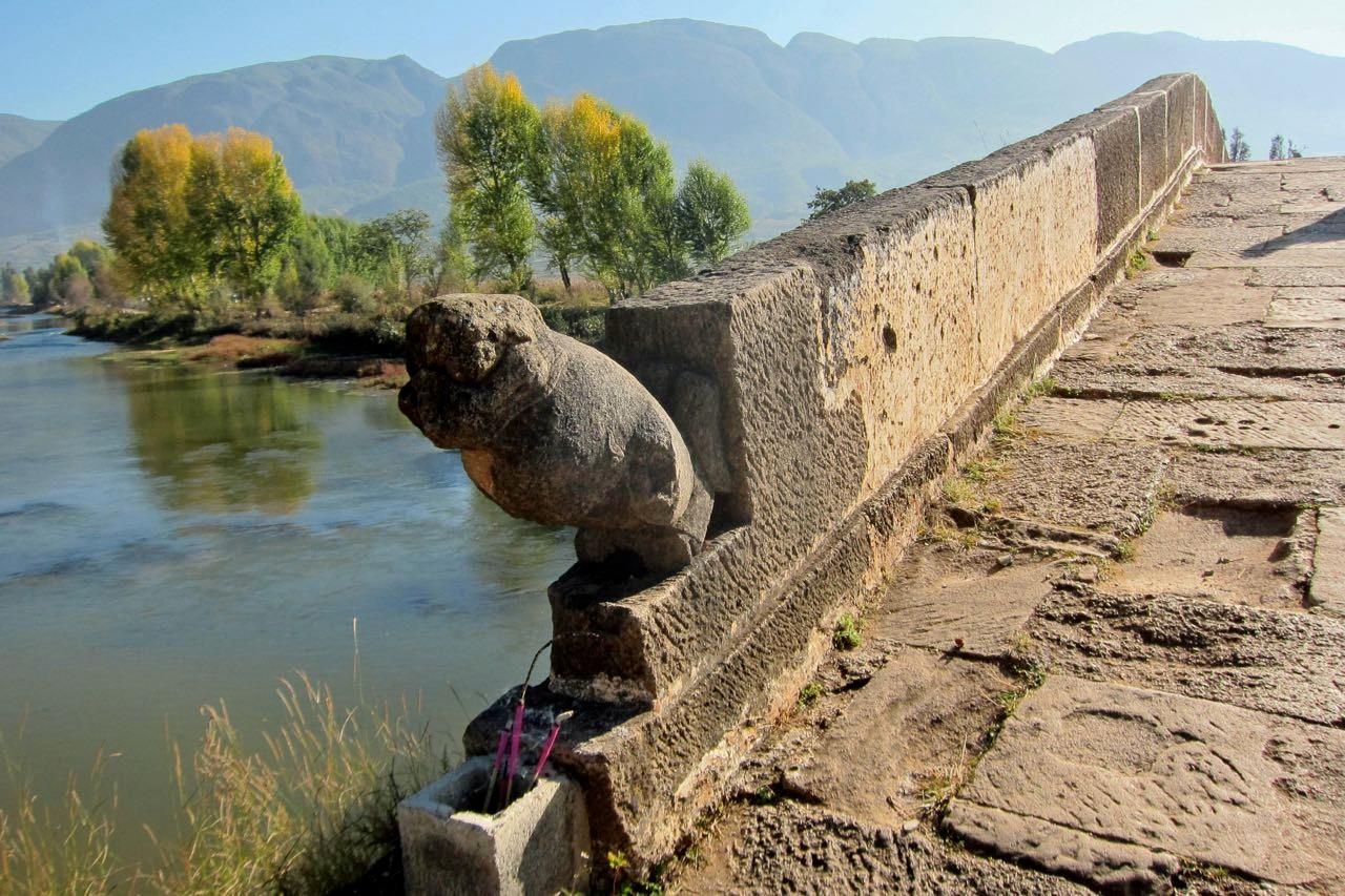 Über die Yujin Brücke in Shaxi zum Tiermarkt