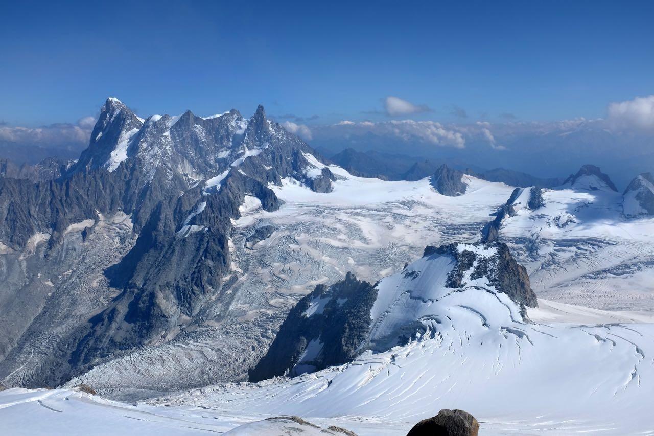 Gipfel und Gletscher Panorama am Mont Blanc von der Bergstation Aiguille du Midi auf 3842m