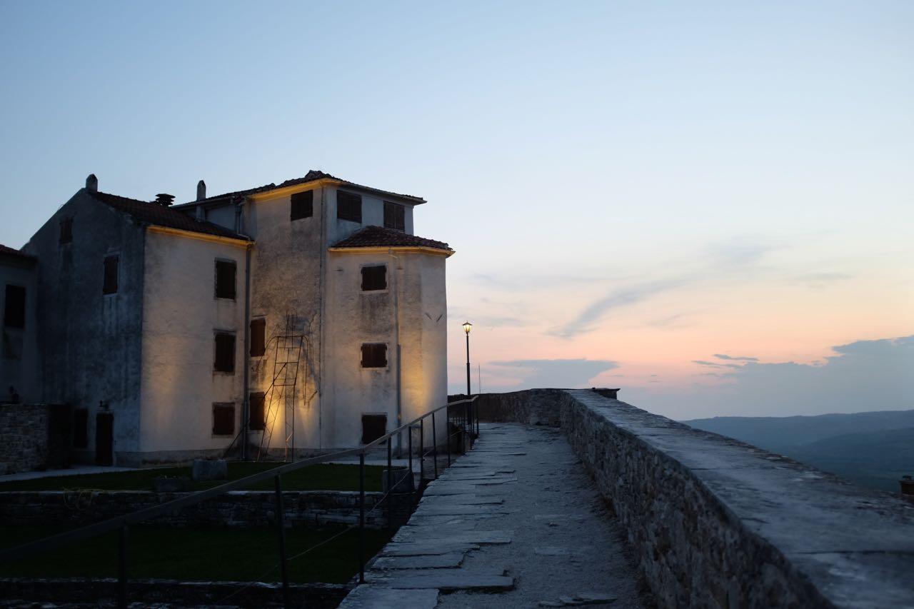 Spaziergang über die Stadtmauer Motovun
