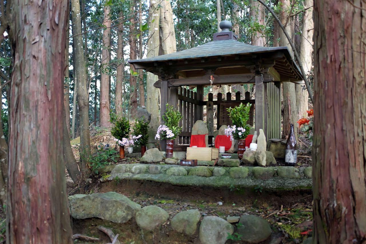 Kleine Schreine am Wegesrand auf der Kumano Kodo Wanderung