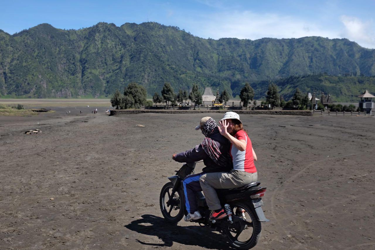 Zurück über die Sea of Sands mit dem Motorrad Taxi