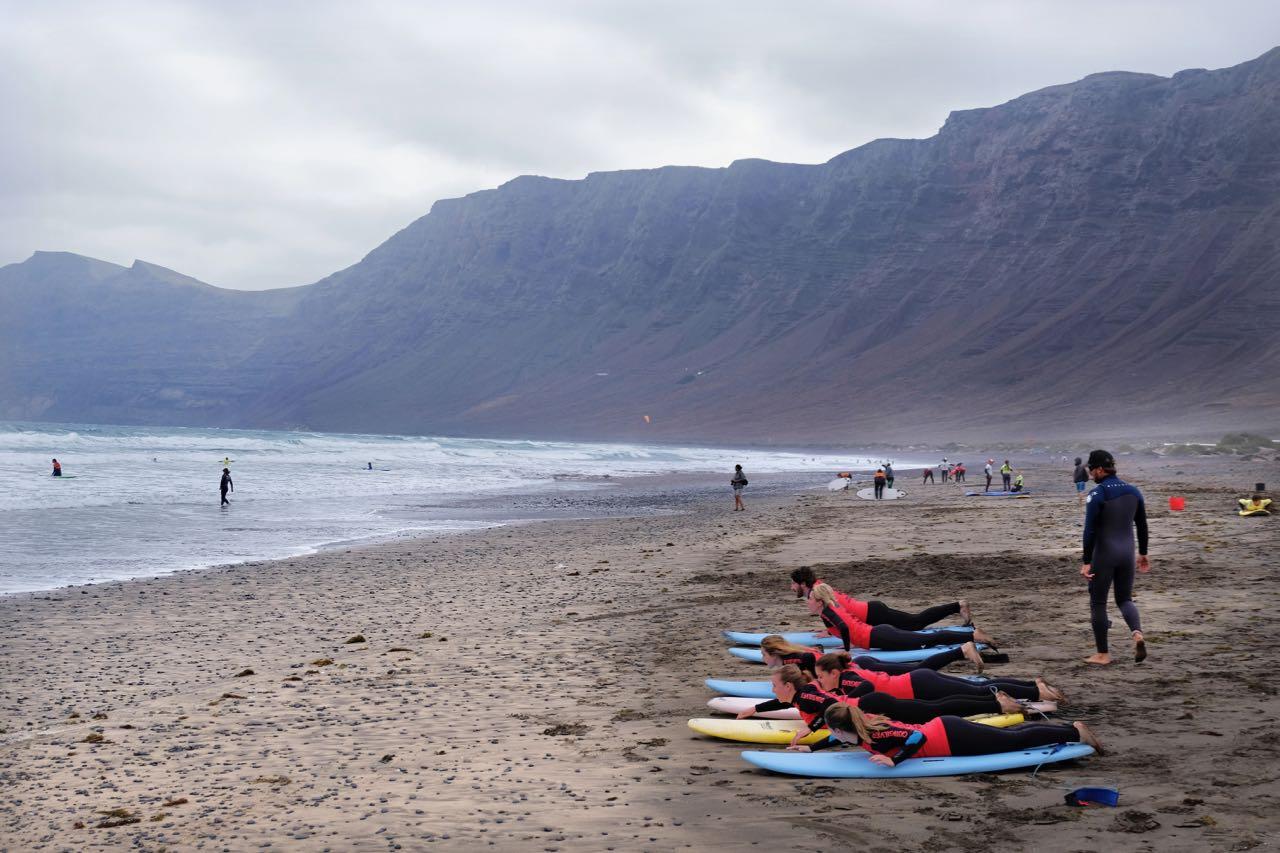 Surfer an der Playa de Famara Lanzarote