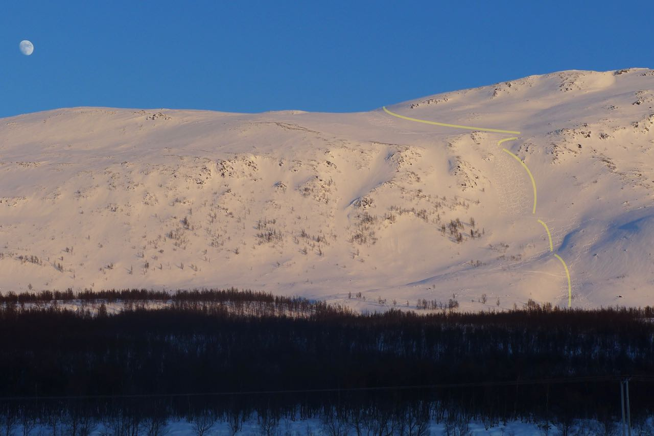 Der Mond wacht über unserer Abfahrtsroute (gelb) an der Westflanke des Rundfjellet