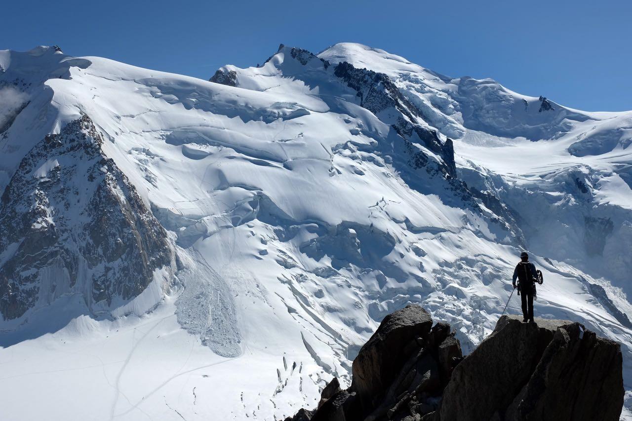 Felsenkletterer vor der Mont Blanc Kulisse an der Bergstation Aiguille du Midi auf 3842m