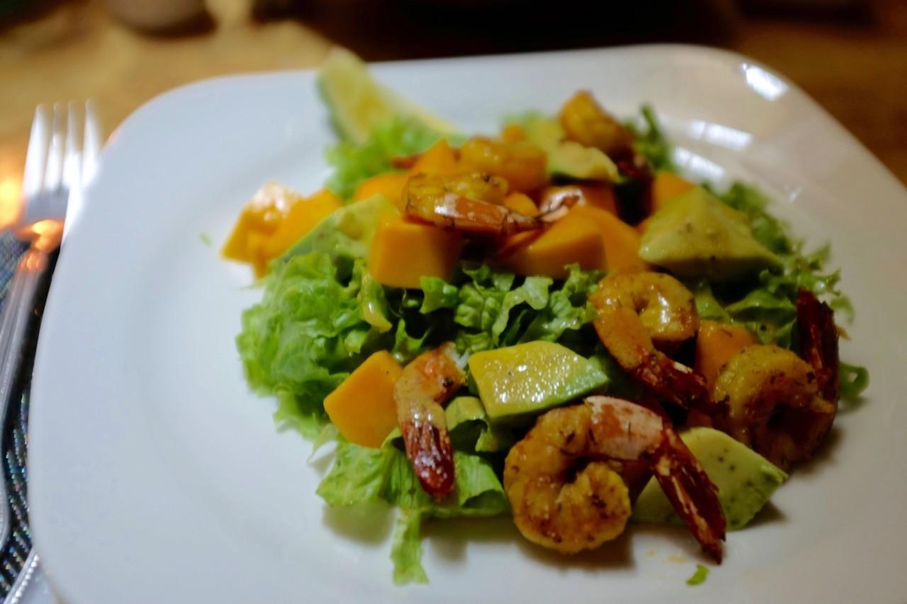 Wunderschöne Vorspeise der 'Shrimps Mango Avocado Salat'