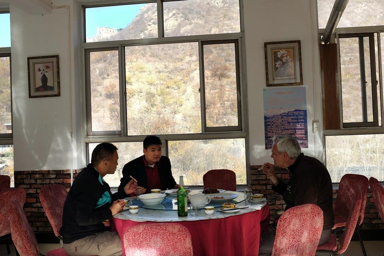 Mittagessen an der Großen Mauer mit unserem Guide Jin & Fahrer