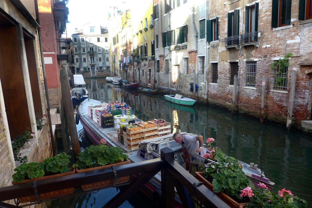 Obsthändler am kleinen Hotel Kanal, Venedig