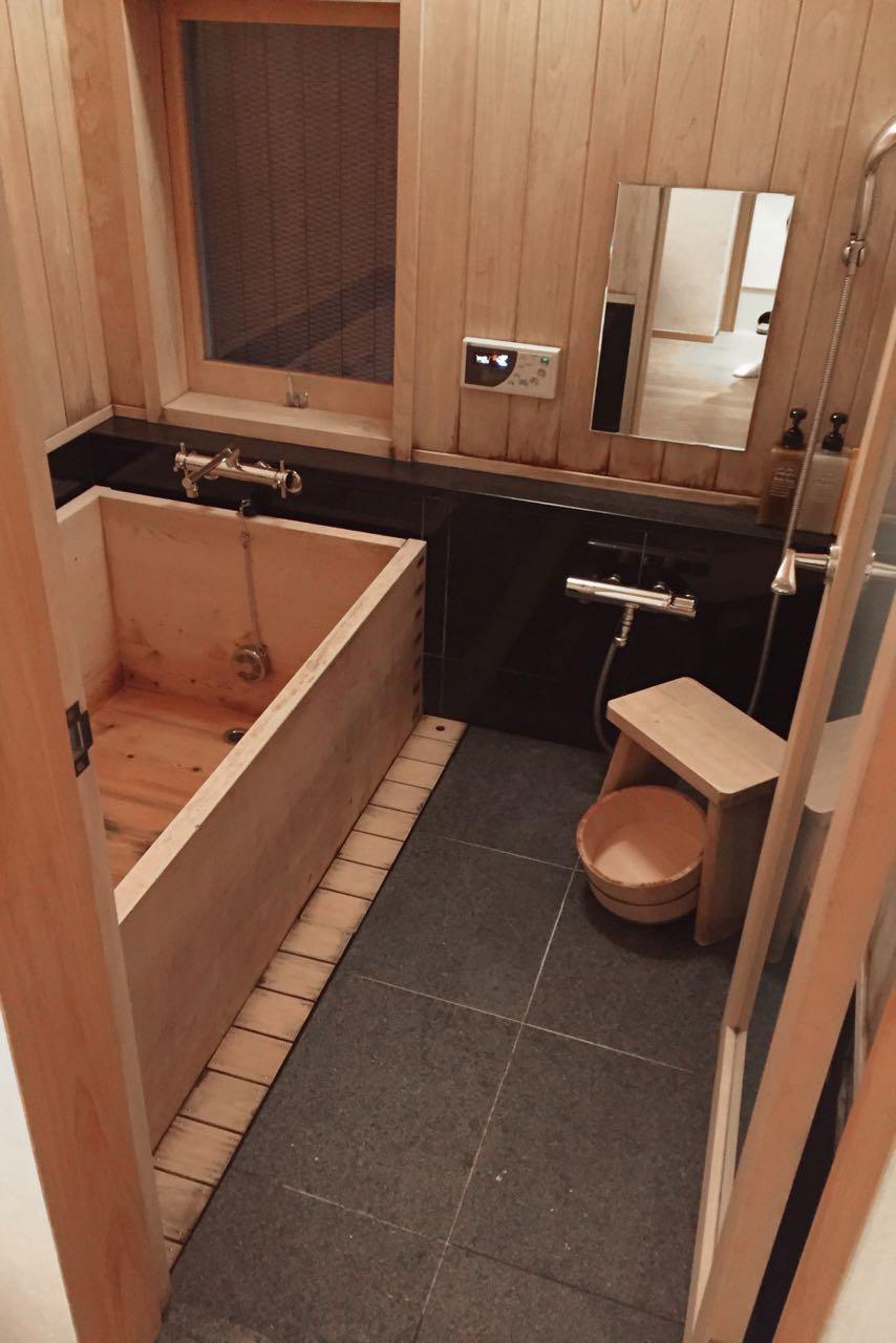 Das traditionelle Zedernbad im Izumiya-cho Machiya (Iori Machiya Kyoto)
