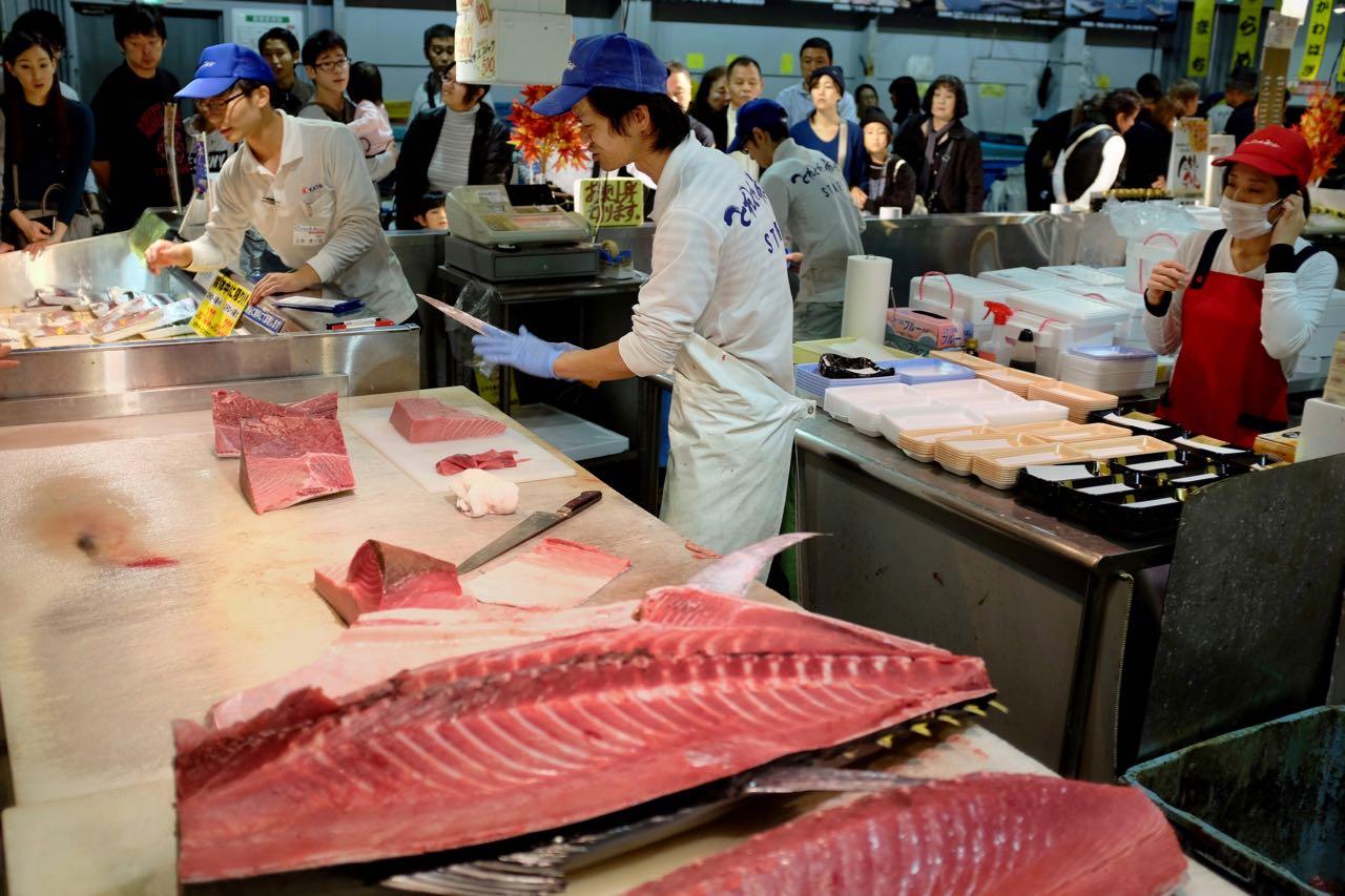 Der Thunfisch wird zerlegt und direkt verkauft
