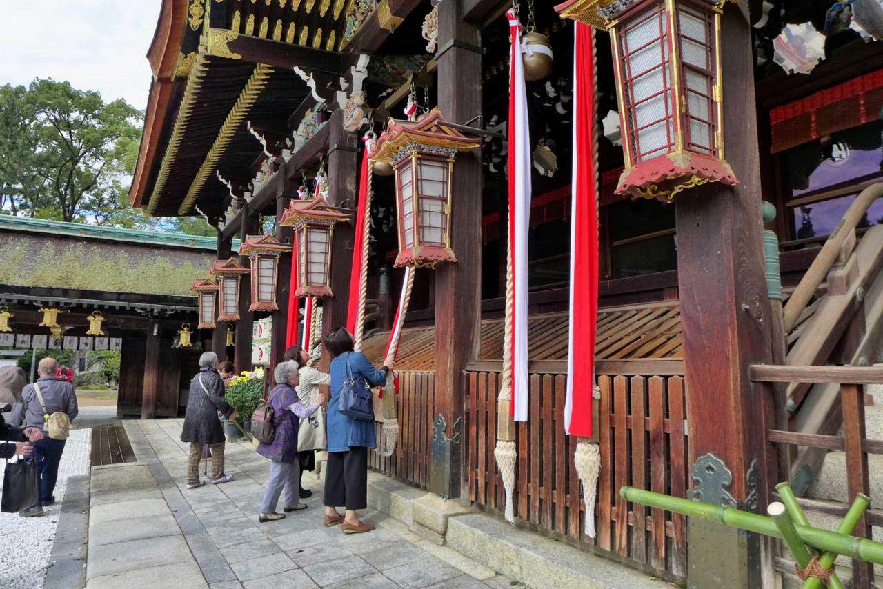 Beten für ein bisschen Glück – Tenjin-san-Flohmarkt im Kitano Tenmangu-Schrein Kyoto