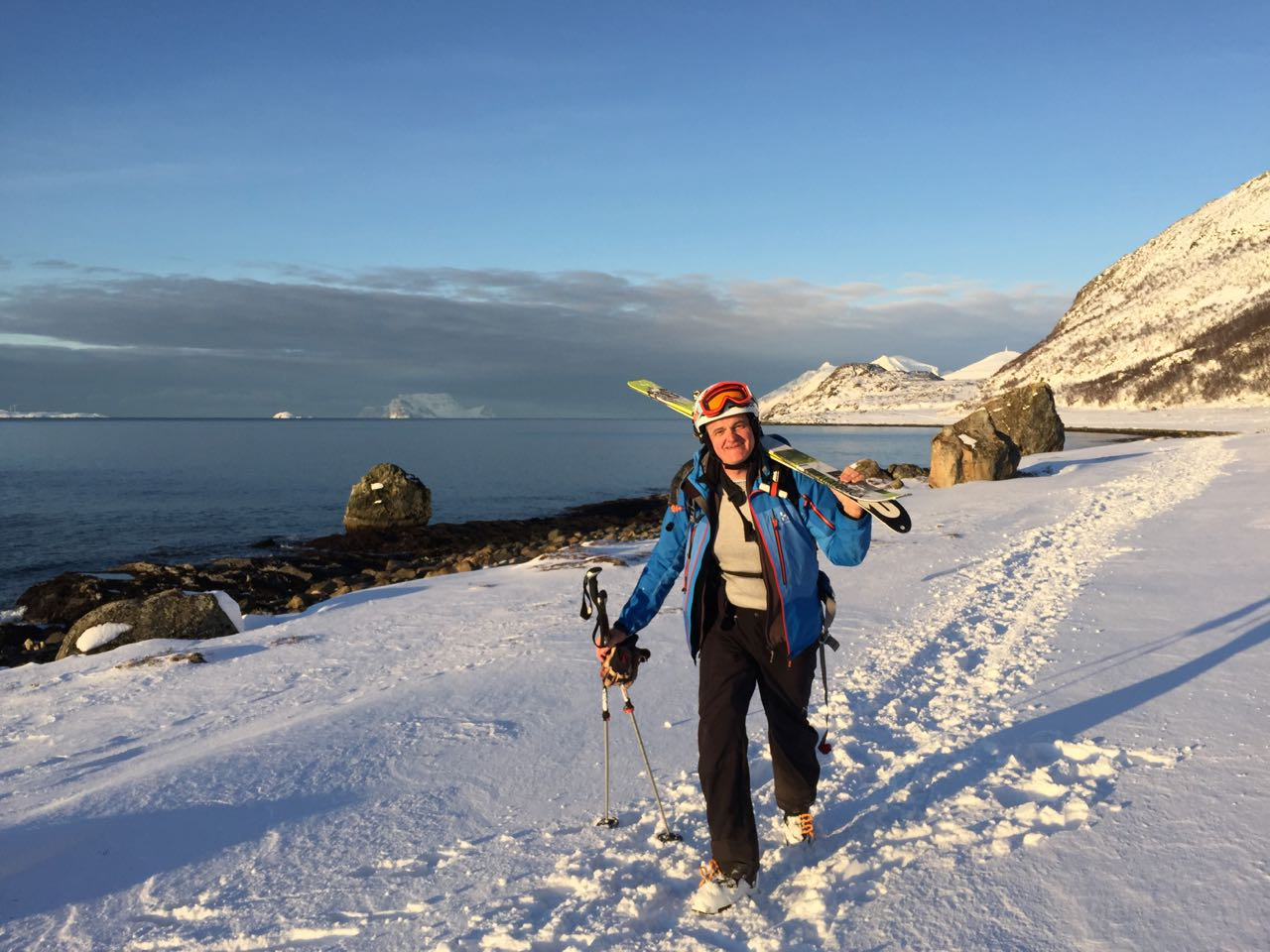 Zurück am Strand nach der Skiabfahrt vom Russelvfjellet - Lyngen Alps Skitour