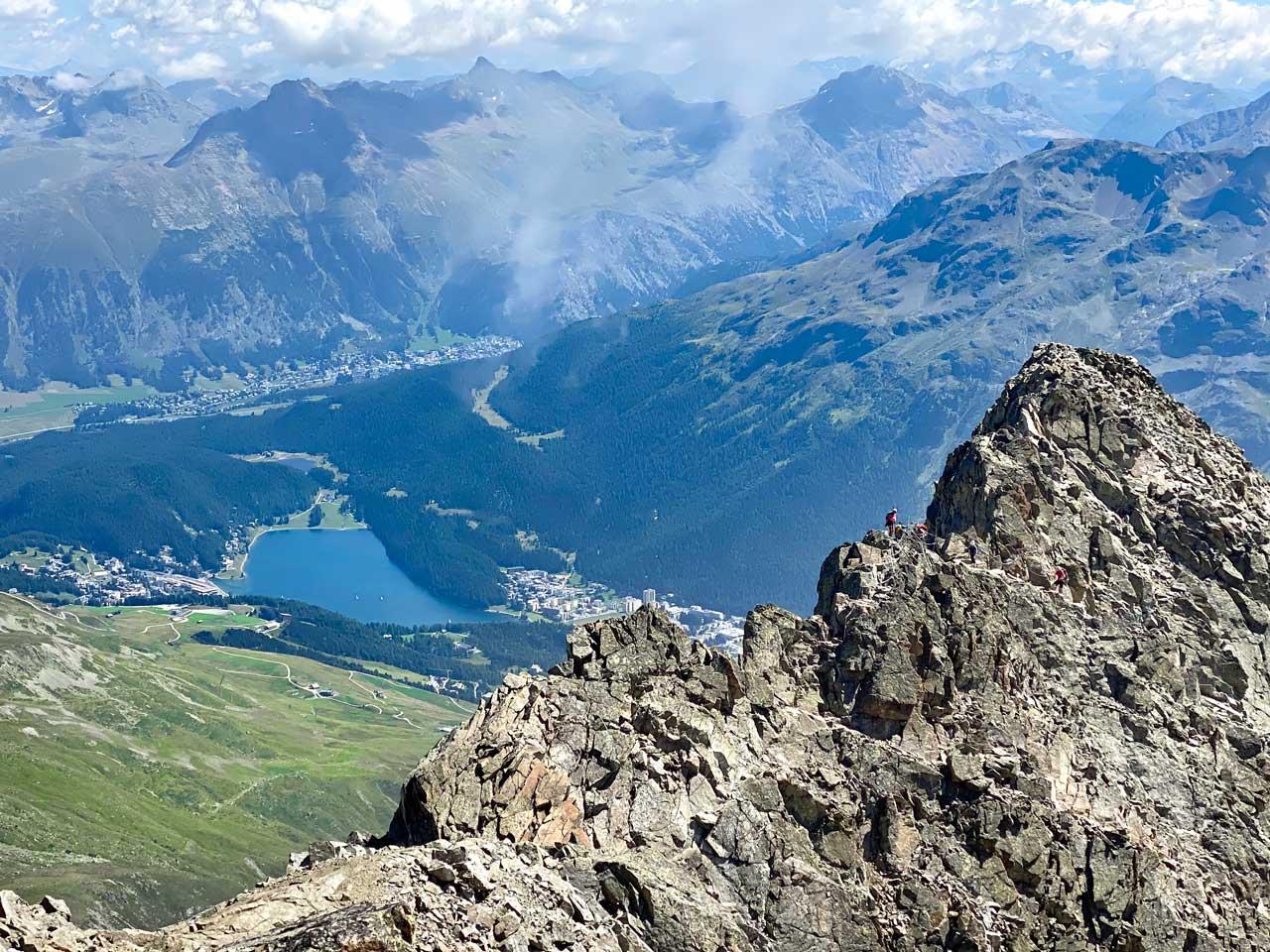Blick über den Piz Julier Gipfelgrat auf St. Moritz