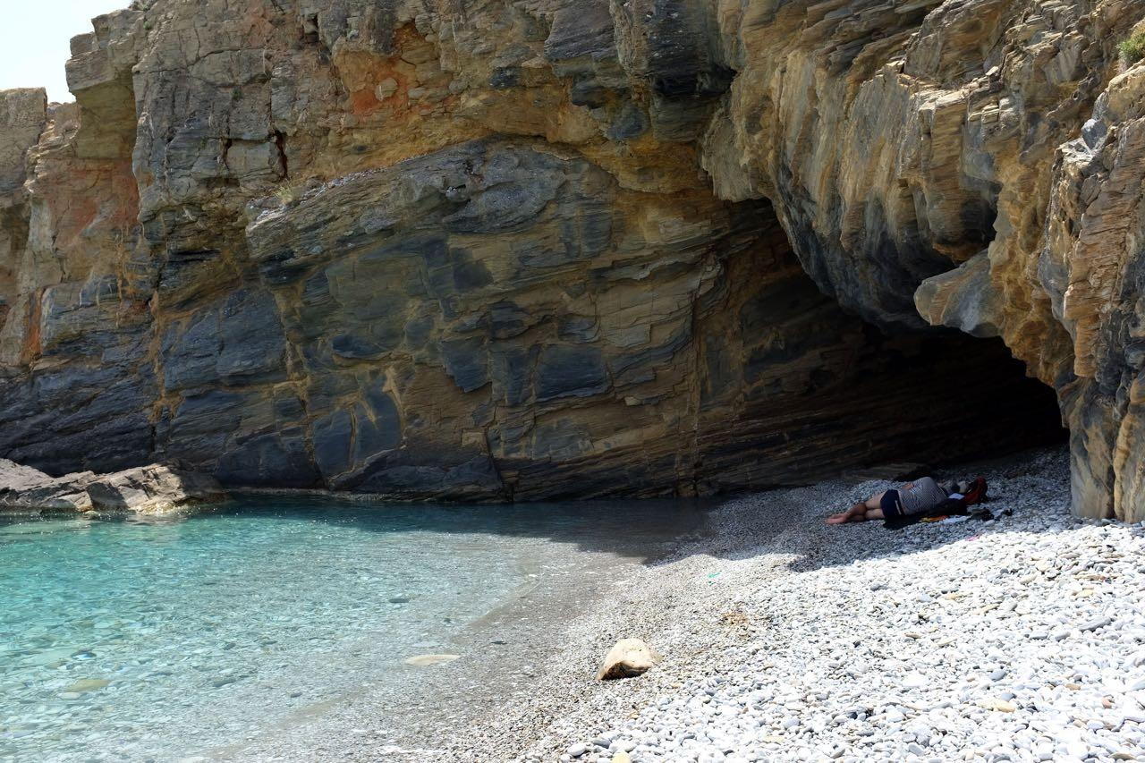Den einzige Schatten spendet die kleine Höhle, Badebucht Kyparissos