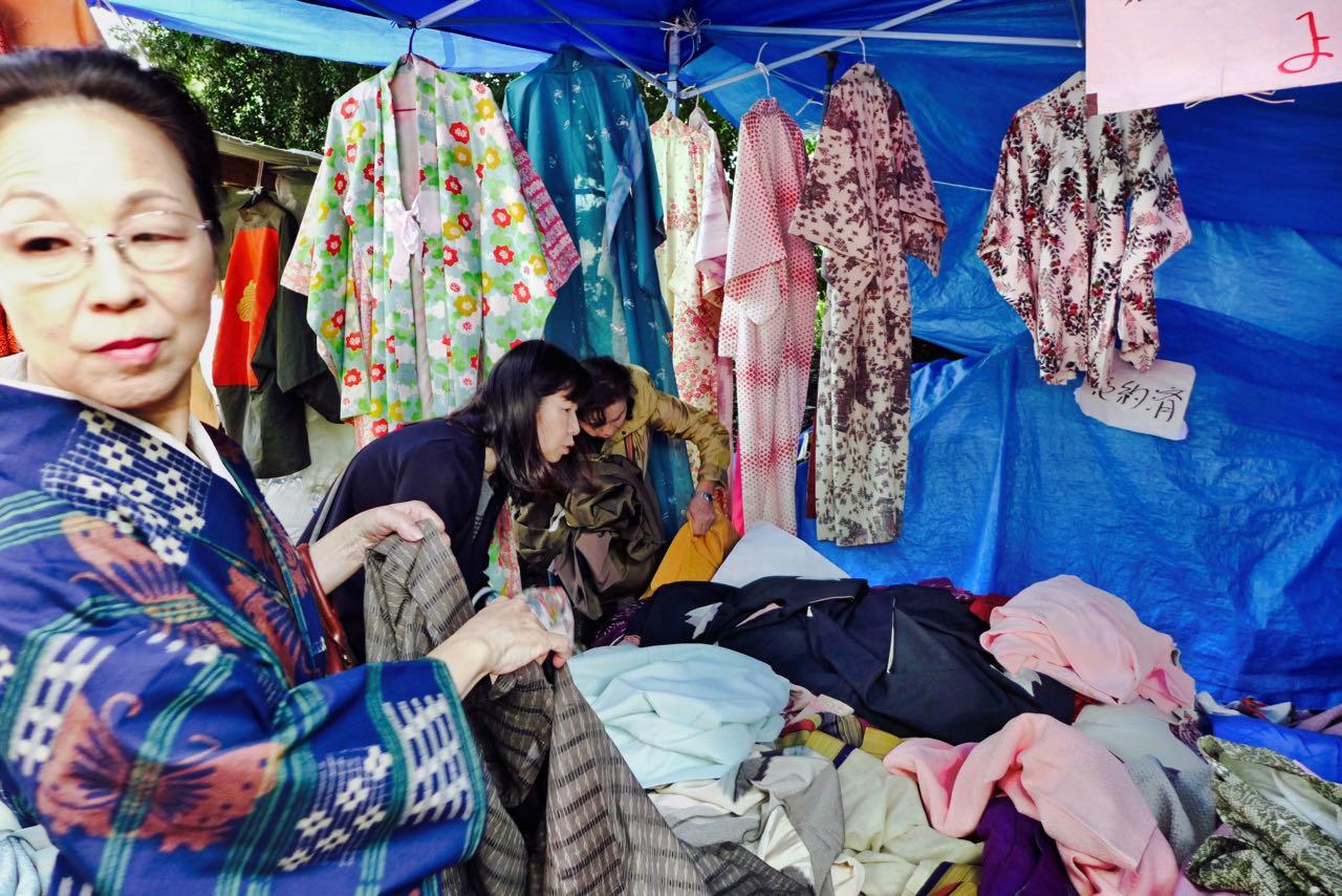 Fundstücke unter den gebrauchten Kimonos – Flohmarkt Kyoto