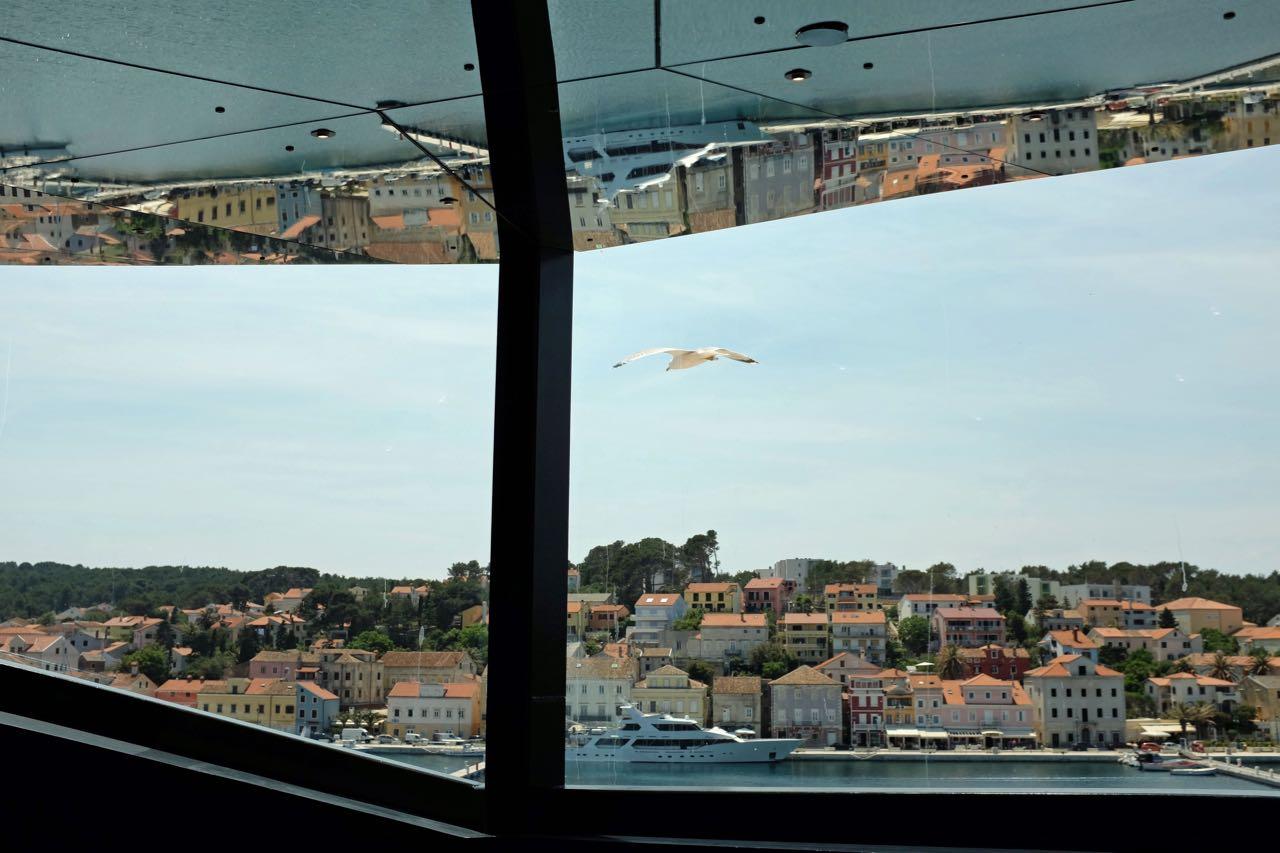 Caleidoskop Room, in dem sich der Lošinjer Hafen widerspiegelt