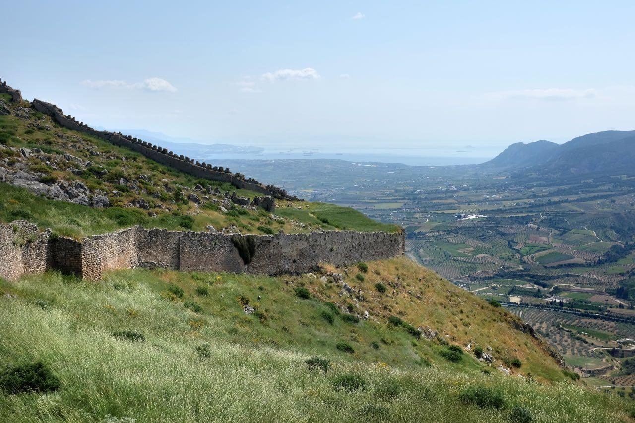 Gut erhaltene Festungsmauern von Akrokorinth und der Blick reicht bis zum Kanal von Korinth
