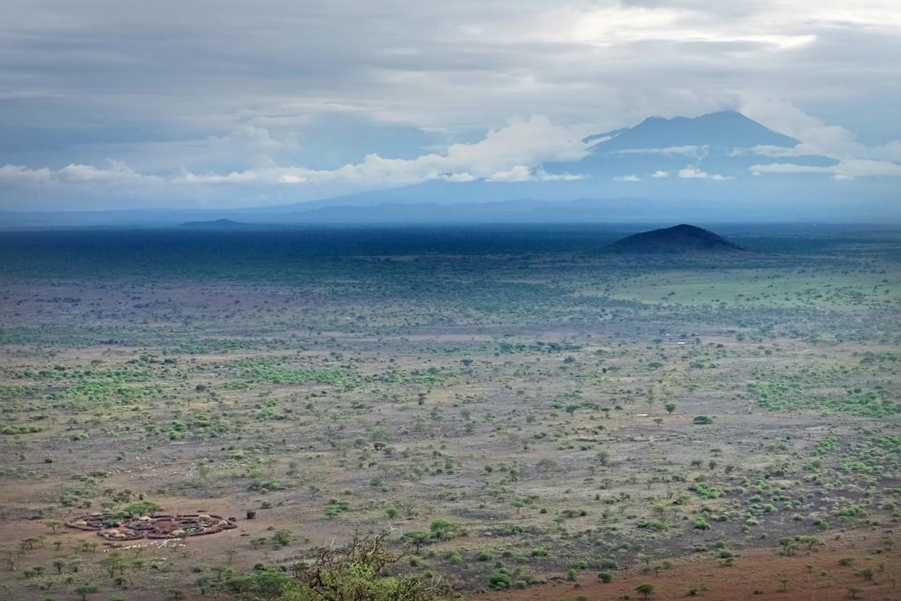 Vom Sundowner Viewpoint erkennt man die Boma, in der Ferne den Mount Meru Krater