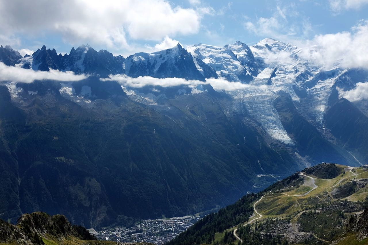 Unten der Grand Balcon Weg und Chamonix – frei der Blick auf die Mont Blanc-Kuppe mit Bossons-Gletscher (rechts)