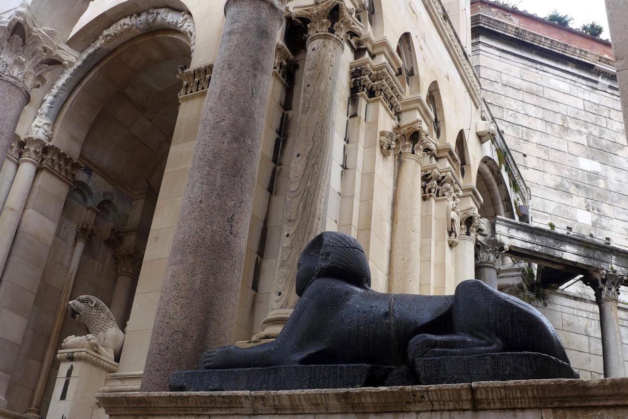 Eine Sphinx aus Ägypten bewacht noch den ehemaligen Tempel Diokletians in Split