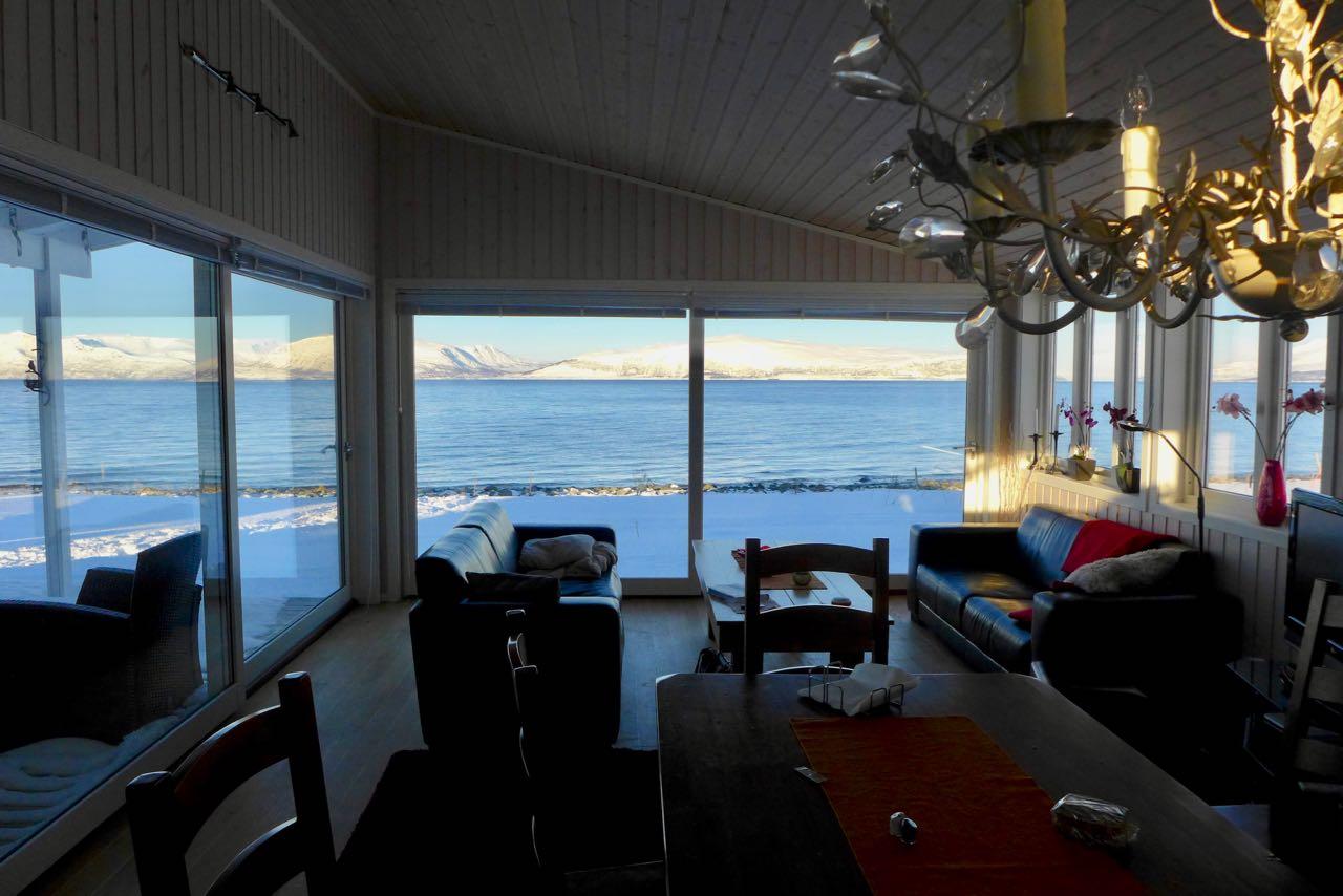 Blick aus unserem Airbnb Wohnzimmer auf die Lenangen Bucht - Lyngen Alps