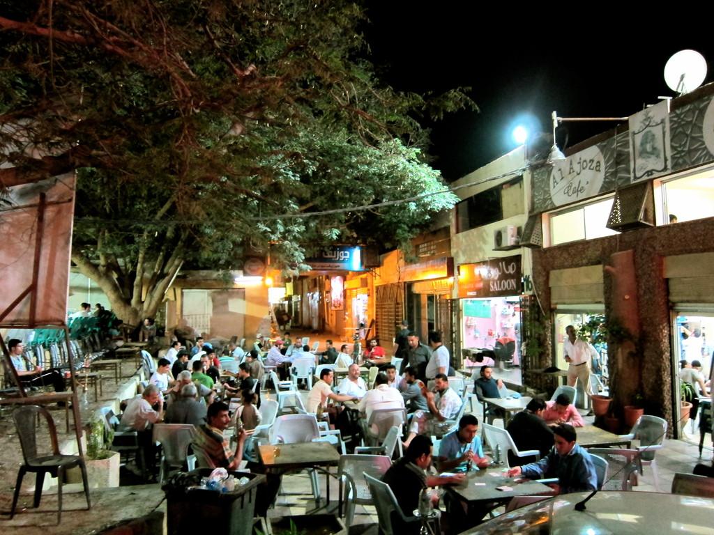 Abends rauchen die Männer ihre Shiha, Aqaba Jordanien