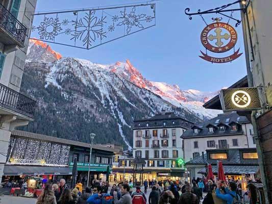 Der Mont Blanc thront über Chamonix