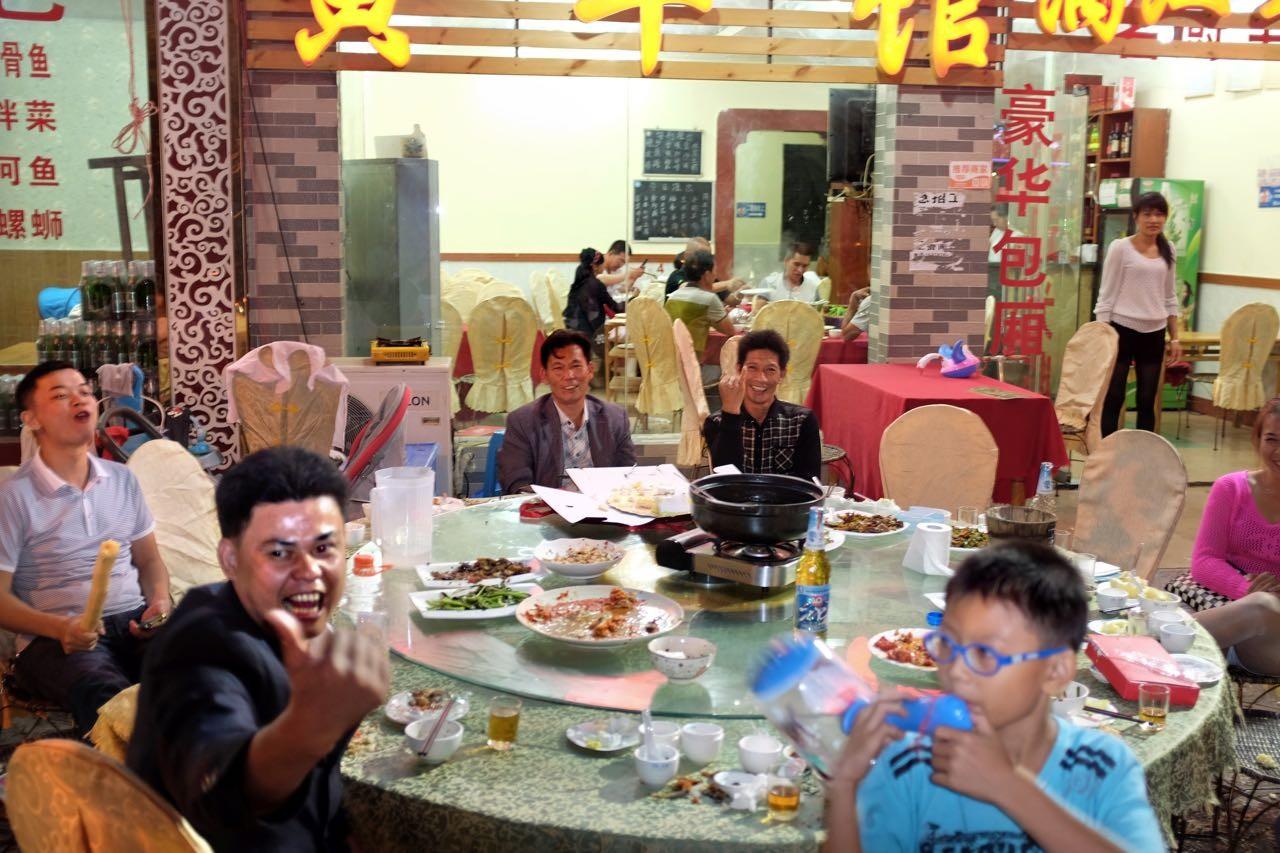 Auf der Yangshou Restaurant-Strasse der Einheimischen