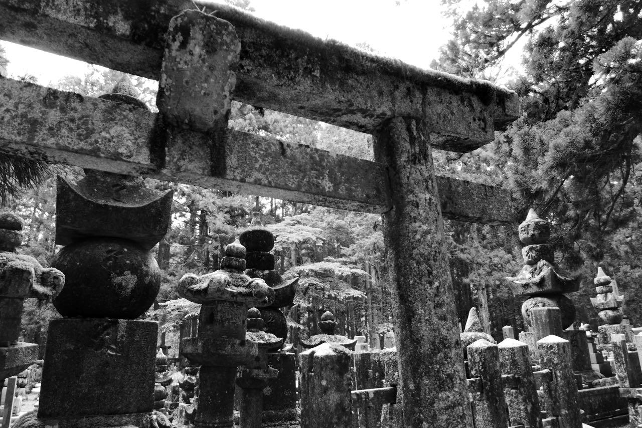 Spirituellster Ort in Koyasan der alte Friedhof Okunoin
