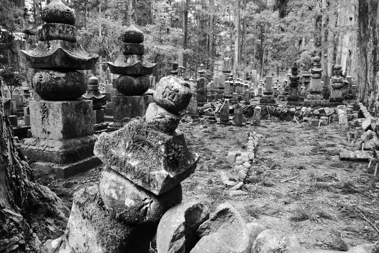 Zerfallene Gräber im Waldfriedhof Okunoin in Koyasan