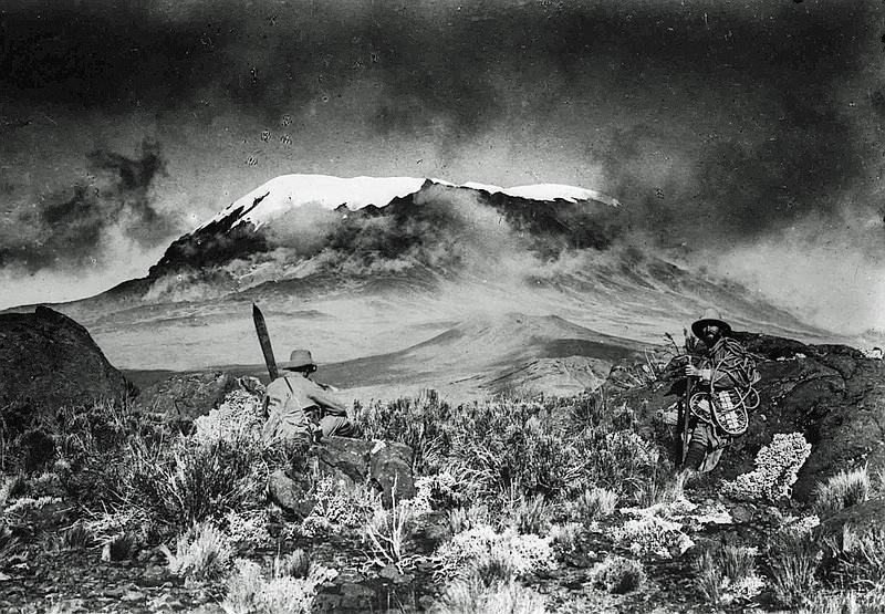 Kilimanjaro Gipfelstürmer  Hans Meyer und Ludwig Purtscheller 1889 am Kibo-Sattel