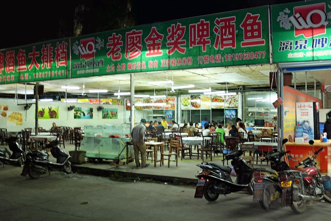 Spät am Abend auf dem Dacunmen Nachtmarkt in Yangshou