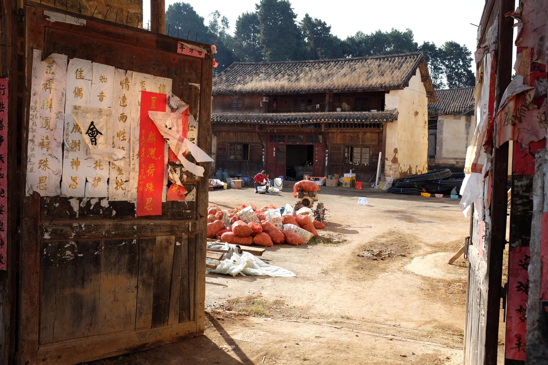 Verlassene und zerstörte Tempel werden häufig von den Bauern bewohnt