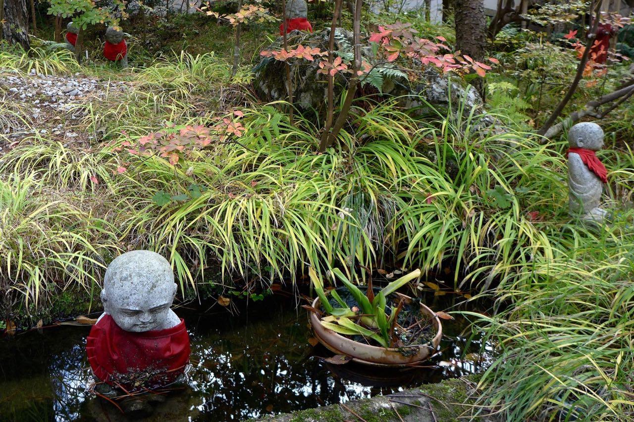 Garten mit kindlichen Jizo-Figuren in Koyasan Tempel Sanbion