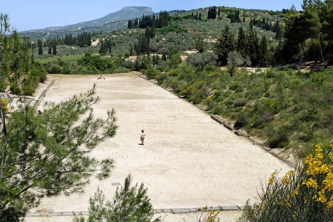 Einmal Laufen im antiken Stadion von Nemea, Peloponnes
