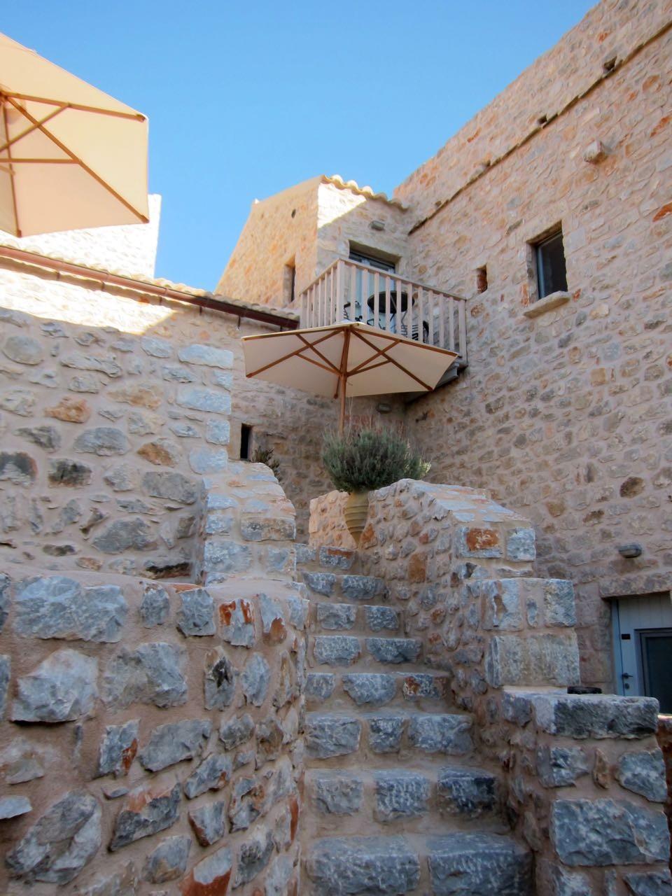 Aufgang zu unserem Zimmer im alten restaurierten Turmhaus (Antares Hotel Areopoli)