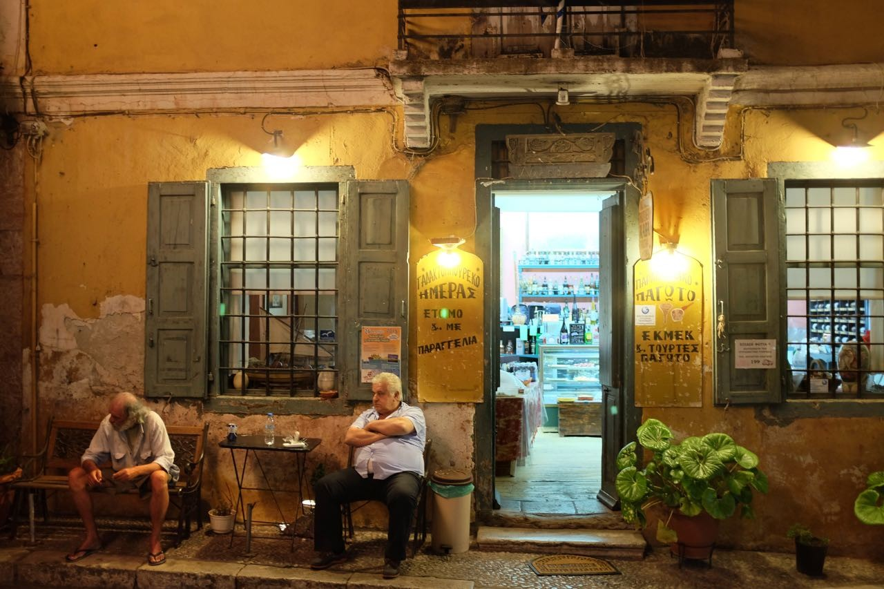 In Galaxidi in Griechenland scheinen im Mai die Uhren still zu stehen