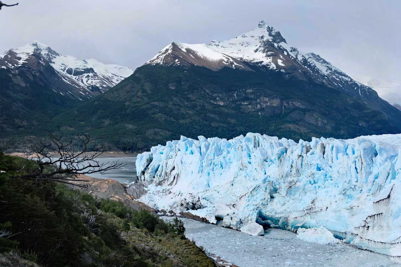 Das erste Eis hat das Festland erreicht. Während der aufgestaute Brazo Rico sich einen Tunnel bahnt, brechen riesige Eisblöcke los