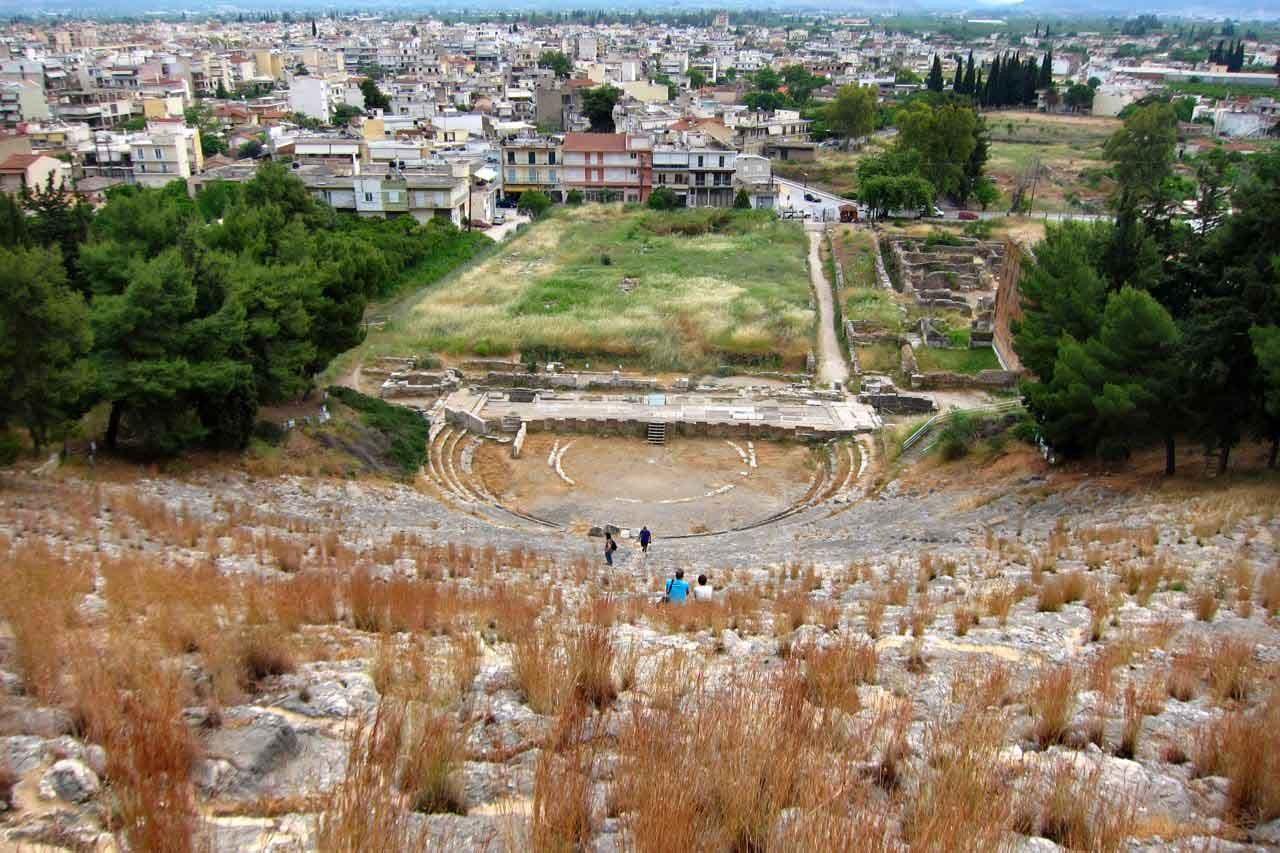 Nur wenige Besucher im eindrucksvollen Theater von Argos, Peloponnes