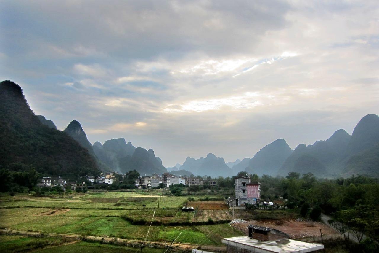Blick von der Dachterrasse des Yangshuo Tea Cozy Hotel