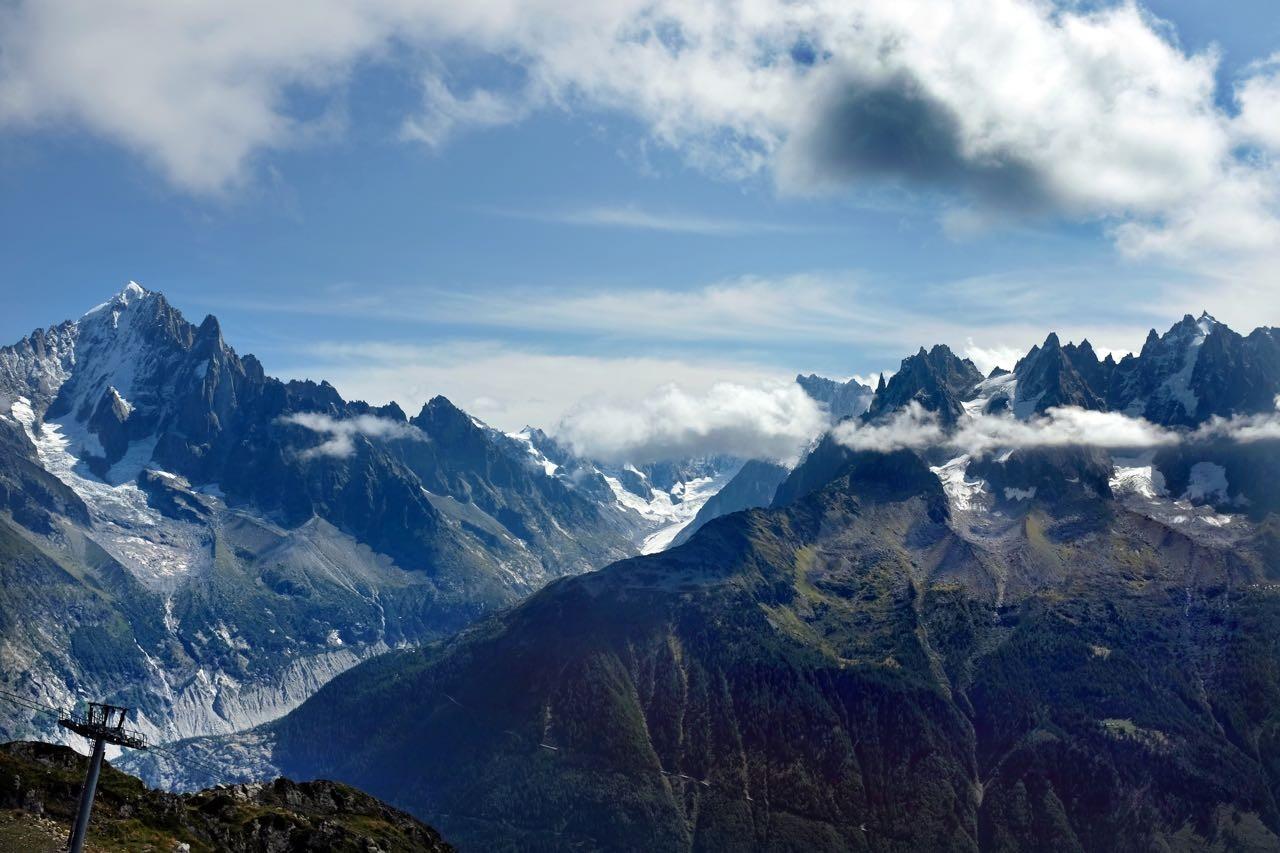 Gegenüber die Gletscherschlucht des Mer de Glace