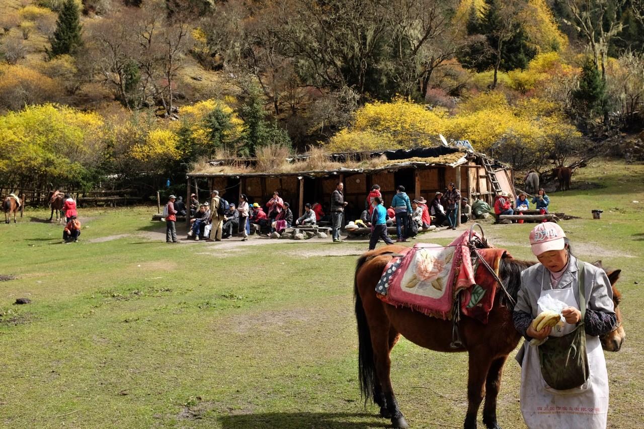 Rasthütte an der Muluozi Hochalm unterhalb der Four Sisterts Mountains, Changping Valley