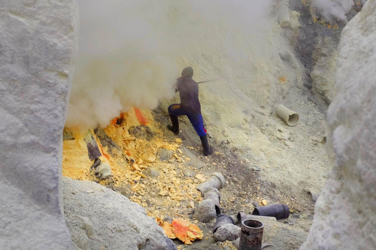 Schwefelstecher im Ijen Krater