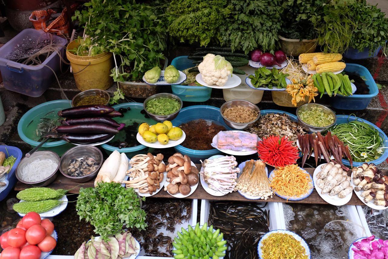 Alles frisch, die Auslagen der Gar-Restaurants in Dali