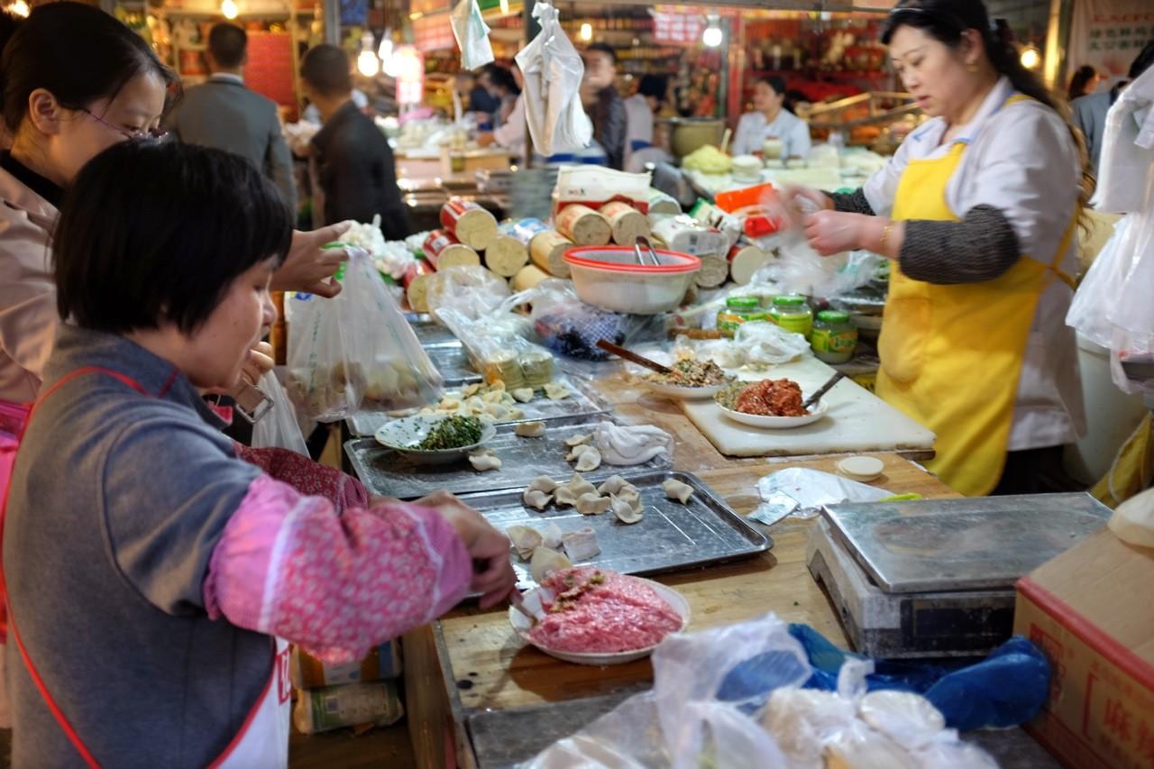 Dumpling Herstellung auf dem Markt, Chengdu