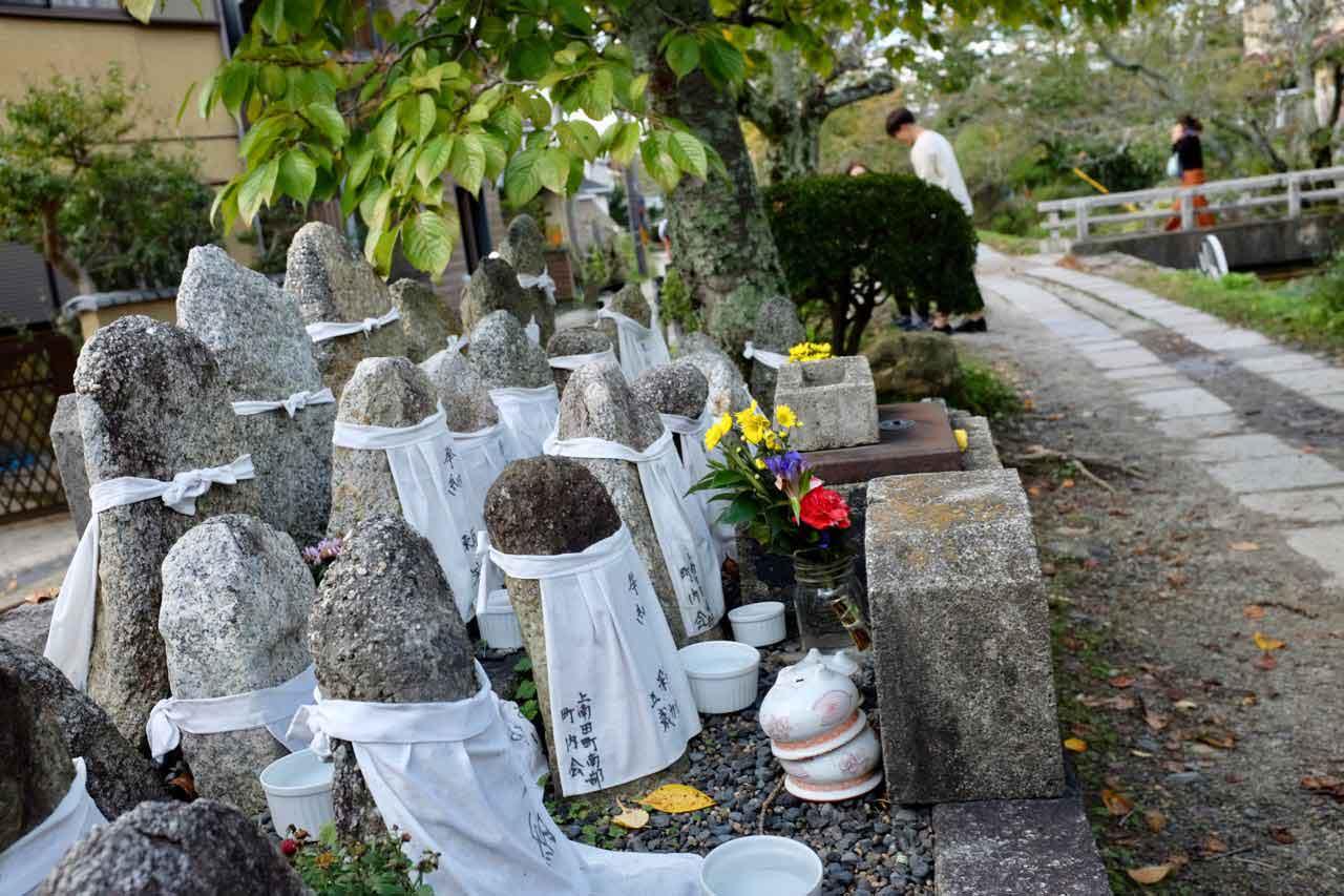 Gedenksteine verstorbener Kinder auf dem Philosophenweg in Kyoto