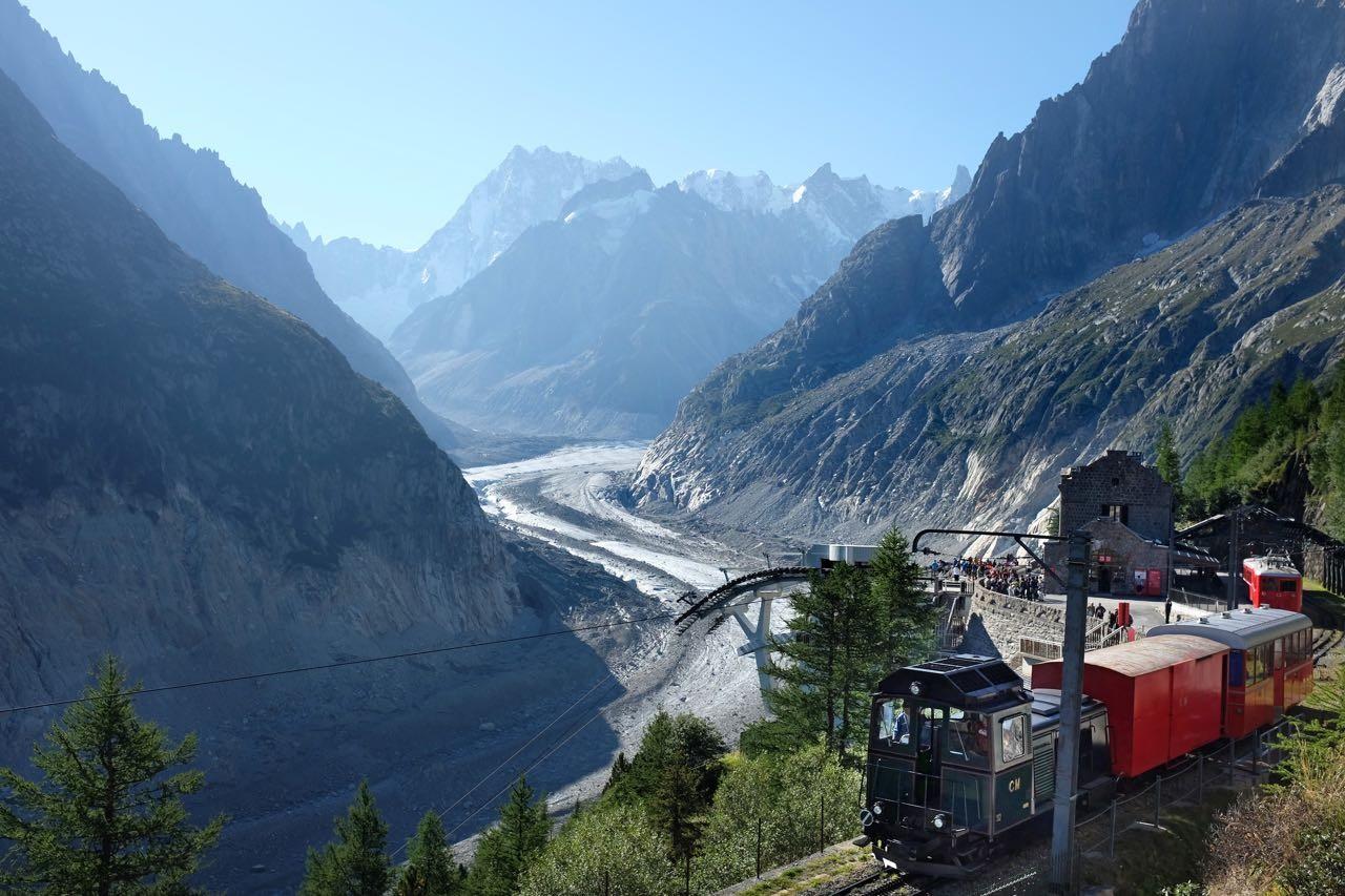 Ankunft der Zahnradbahn in Montenvers am Mer de Glace Gletscher, Chamonix