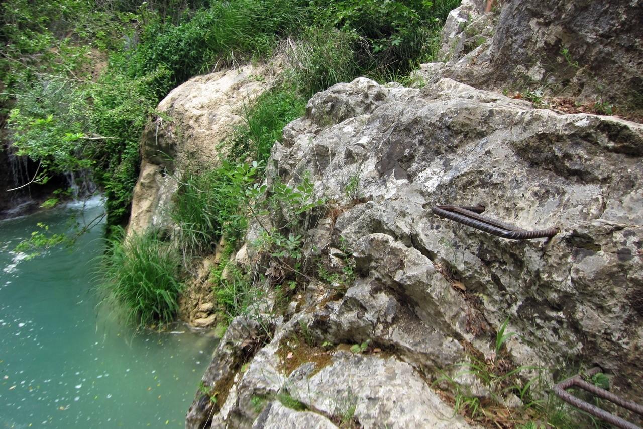 Wanderung bei den Polylimnio Falls