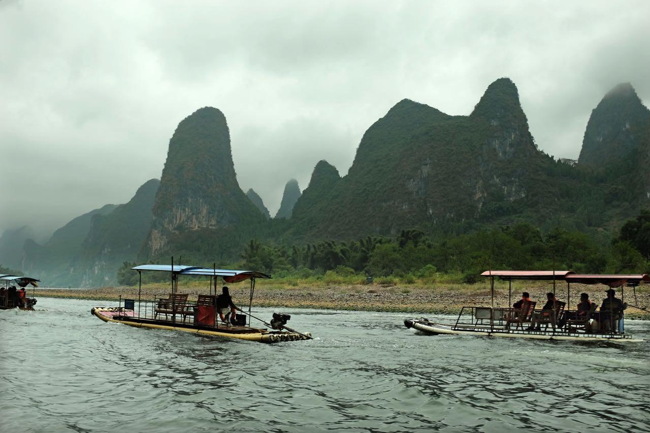 Die größen Flöße auf dem Li-Fluss sind mit Motor und schon lange nicht mehr aus Bambus