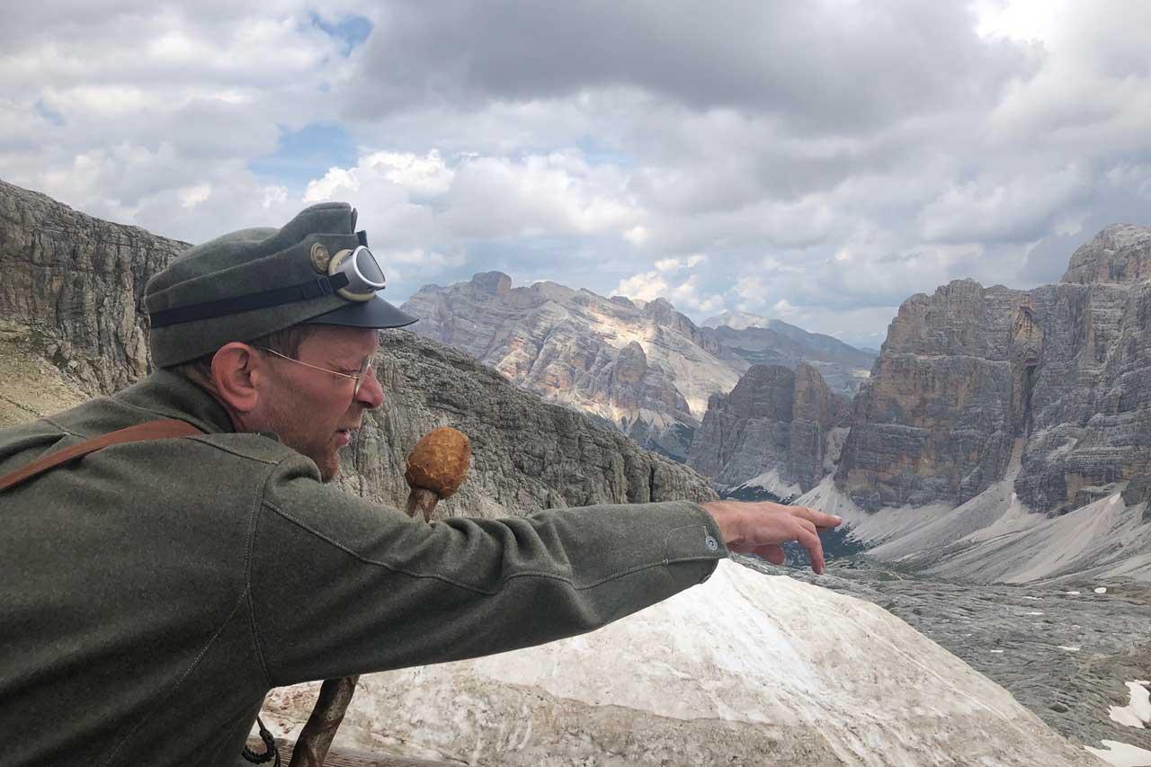 Der Kaiserjäger zeigt den Touristen die Stellungen der Alpini