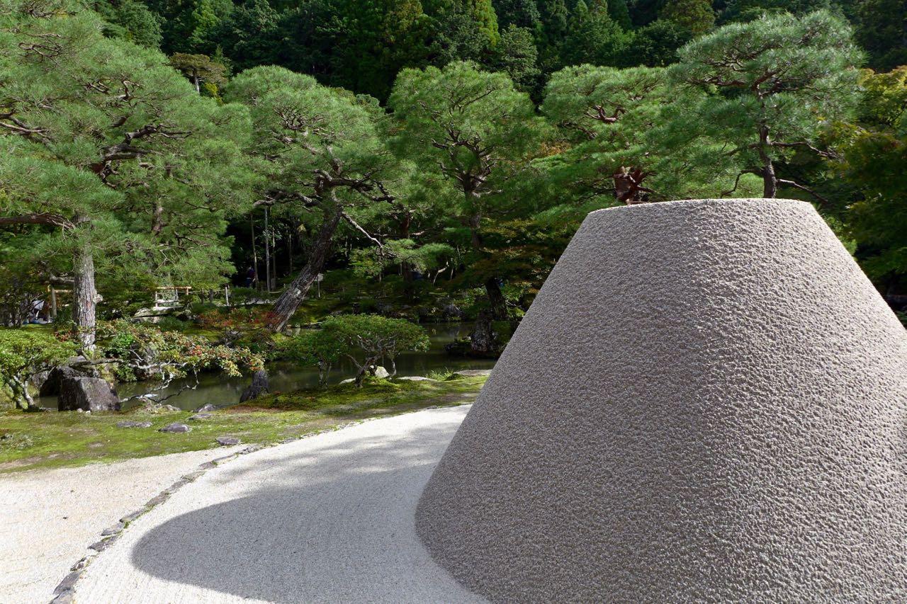 Weltberühmt ist der akkurate Sandkegel im Ginkaku-ji-Tempel Silbener Pavillon